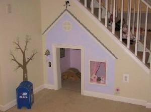 домик под лестницей