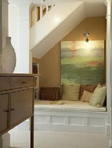 диванчик под лестницей