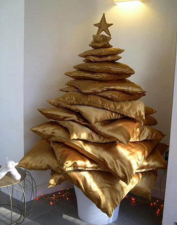 елка из домашних вещей