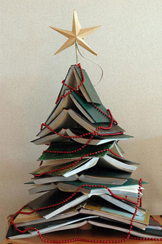 елка из книг